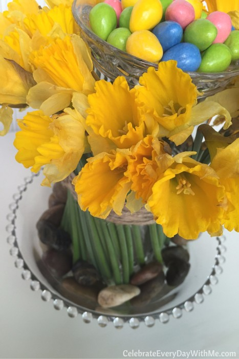 how to make a beautiful spring centerpiece with flowers and candy (18)