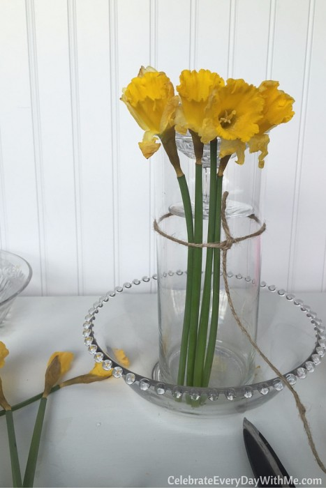 how to make a beautiful spring centerpiece with flowers and candy (3)