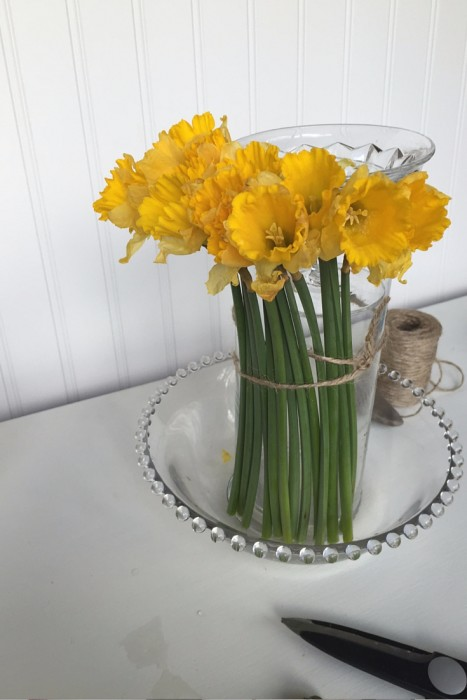 how to make a beautiful spring centerpiece with flowers and candy (6)