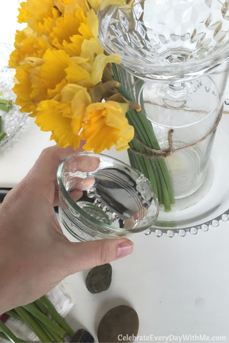 how to make a beautiful spring centerpiece with flowers and candy (8)