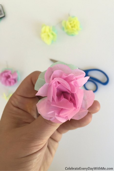 How to make a flower crown with tissue paper (21)