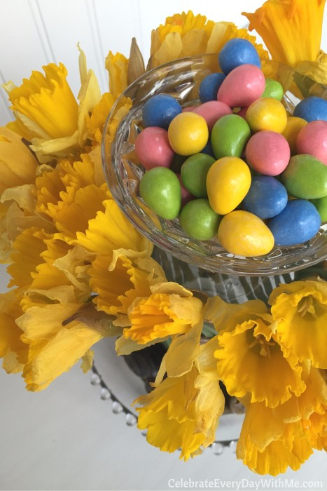 how to make a beautiful spring centerpiece with flowers and candy (15)